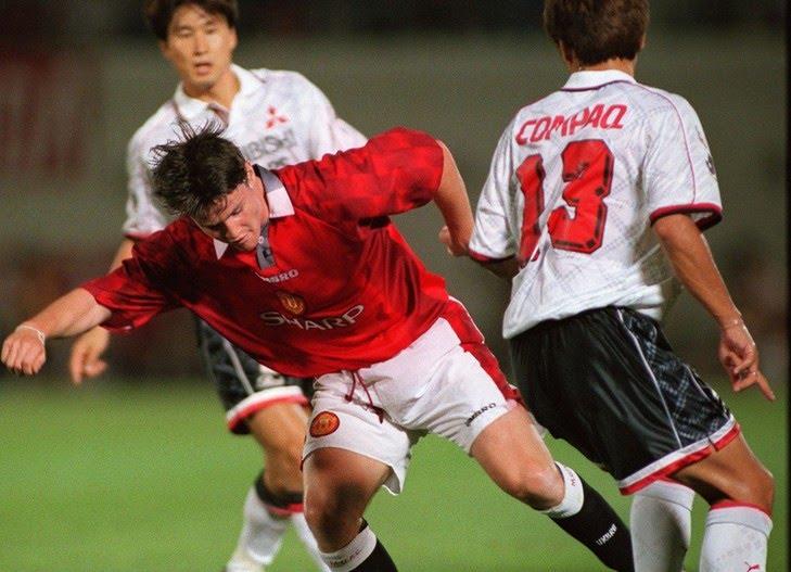 Philip-Mulryne-alors-milieu-terrain-Manchester-United-dribblant-joueurs-Urawa-Red-Diamonds-22-juillet-1997_0